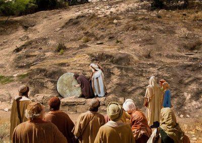 5 - Jesús con la multitud frente a la tumba de Lázaro