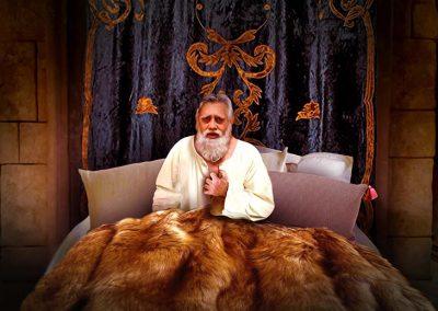 6 - Hombre rico en su cama
